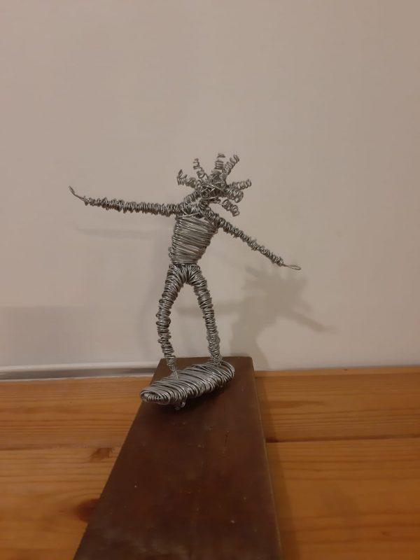 דמות מחוט ברזל - ילד מחליק על סקייטבורד